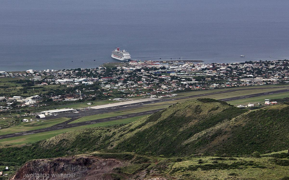 Kreuzfahrtschiff vor Basseterre, St. Kitts, Karibik
