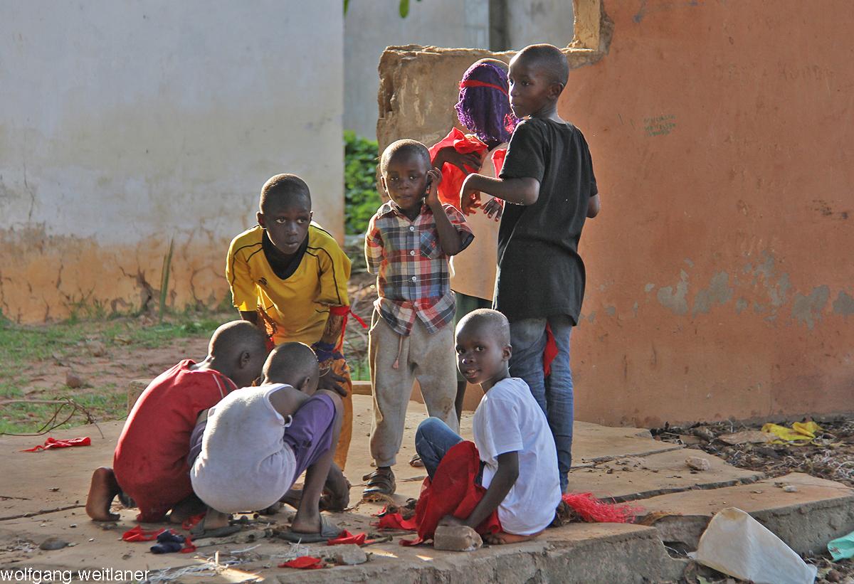 """""""Schau, der fotografiert uns"""" – Kinder in Bakau, Gambia"""
