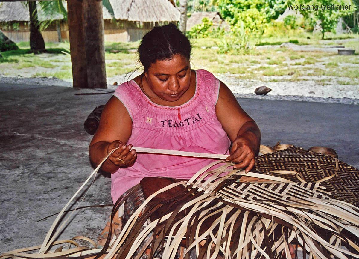 Frau beim Flechten, Abaiang, Kiribati, Südsee