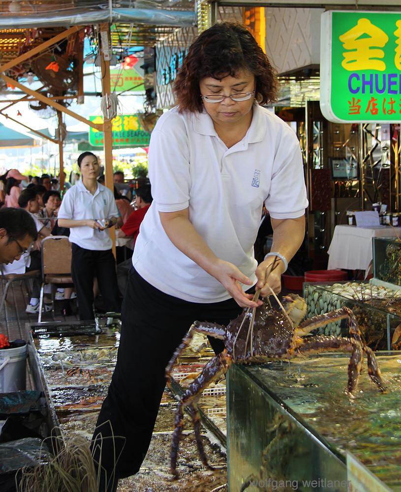 Serviererin, Fisch-Restaurant, Sai Kung, Hongkong