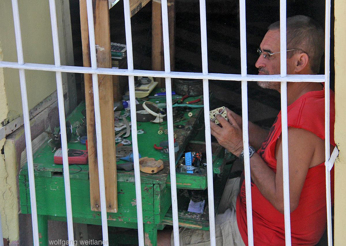 Uhrmacher bei der Arbeit, Trinidad, Kuba