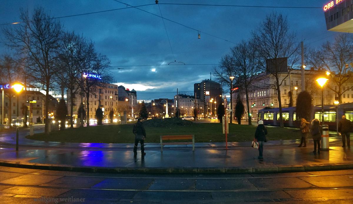 Herbstmorgen, Warten auf Straßenbahn, Wien