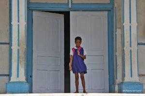 Mädchen vor Kirche, Savai'i, Samoa