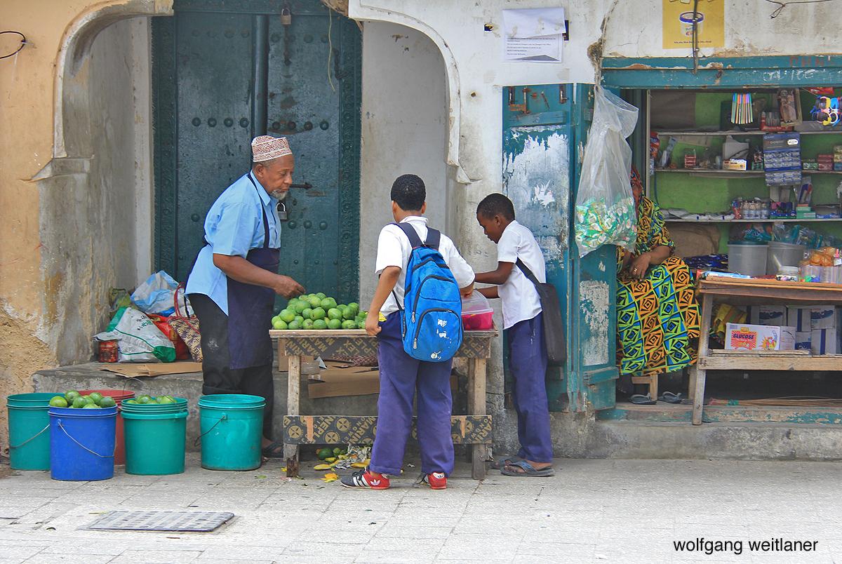 Verkäufer und Szenen in der Altstadt von Stonetown, Sansibar
