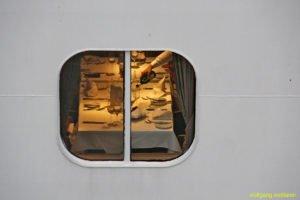 Blick ins Fenster, Kreuzfahrtschiff in Gran Canaria, Kanarische Inseln