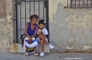 Oma und Kind am Handy, Altstadt, Havanna, Kuba