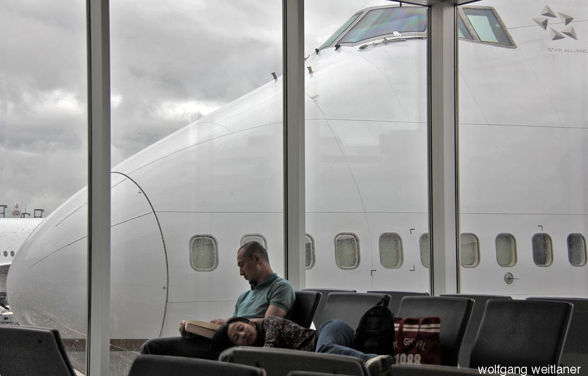 Warten am Flughafen, Frankfurt/Main, Deutschland